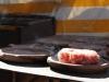 L'impasto del chiodo di maiale viene posizionato sui testi